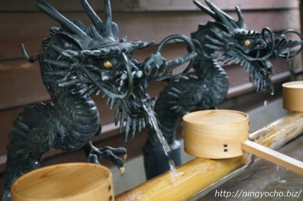 小網神社手水舎の水を吐き出す龍画像
