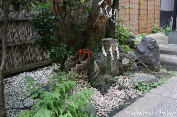末広神社小さな鳥居と祠画像